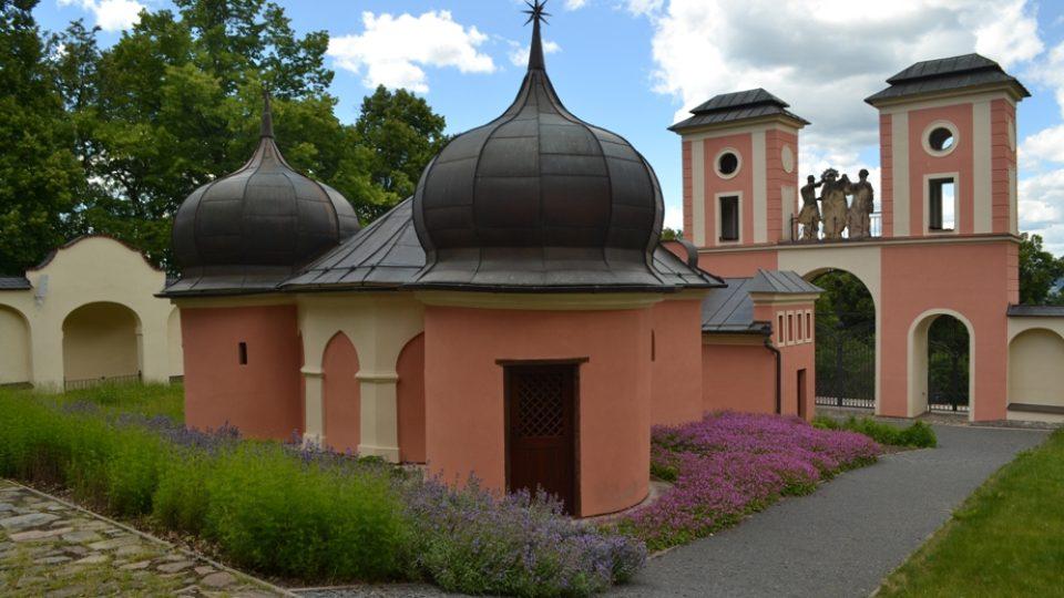 Ve vnitřní zahradě Kalvárie jsou tři kaple, do Betlémské musí návštěvníci sestoupit do podzemí
