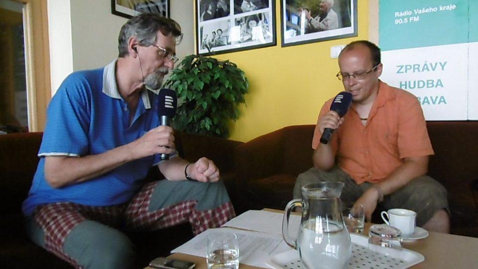 Jan Košťál, archeolog Regionálního muzea v Náchodě, v radioklubu Českého rozhlasu Hradec Králové s moderátorem Františkem Mifkem