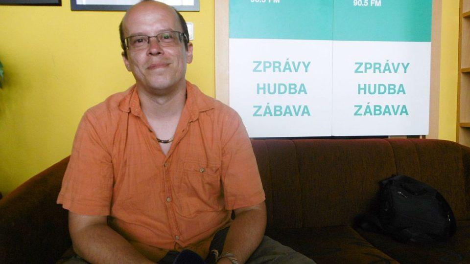 Jan Košťál, archeolog Regionálního muzea v Náchodě, v radioklubu Českého rozhlasu Hradec Králové