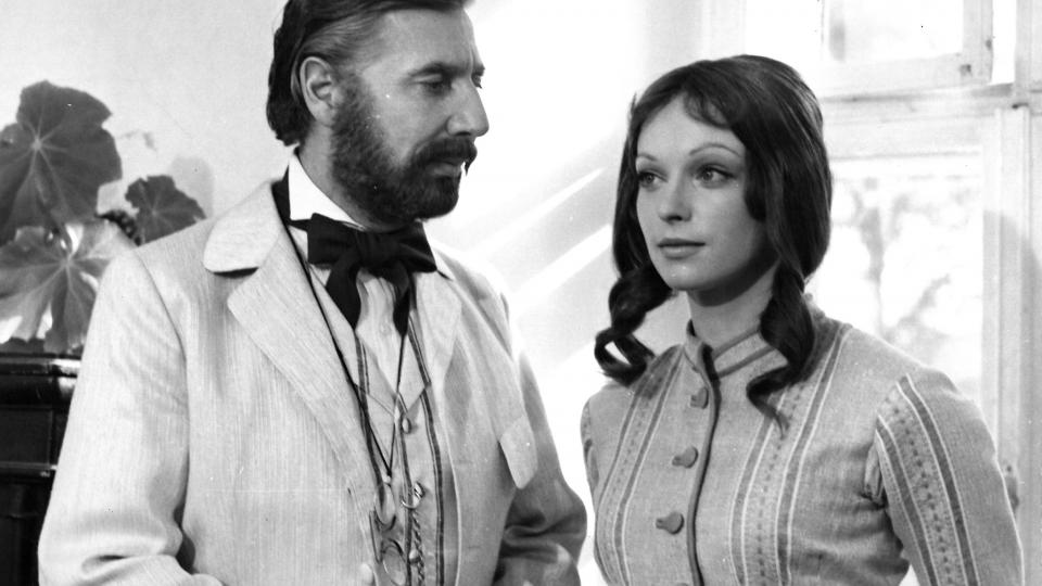 Daniel Michaelli a Danuše Klichová ve filmu Louis Pasteur (1977)