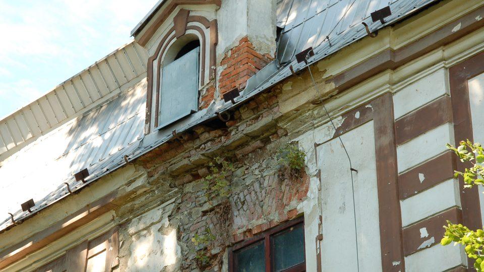 Rozpadající se fasáda nového zámku v Bravanticích