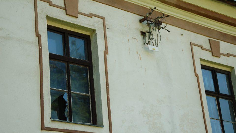 Rozbitá okna a odstřižená elektřina na budově nového zámku v Bravanticích