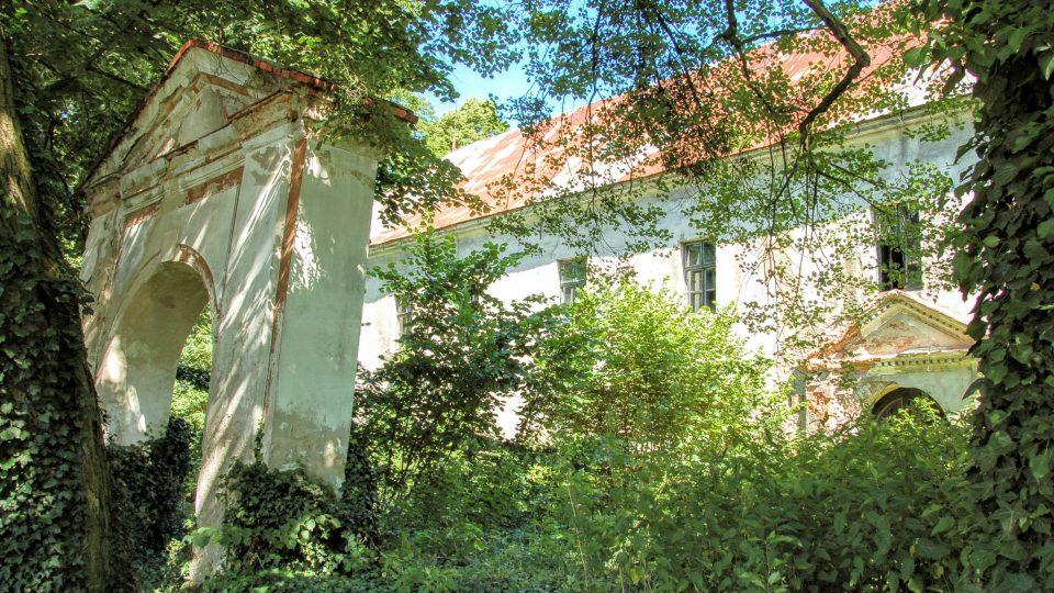 Nahnutá brána před starým zámkem v Bravanticích