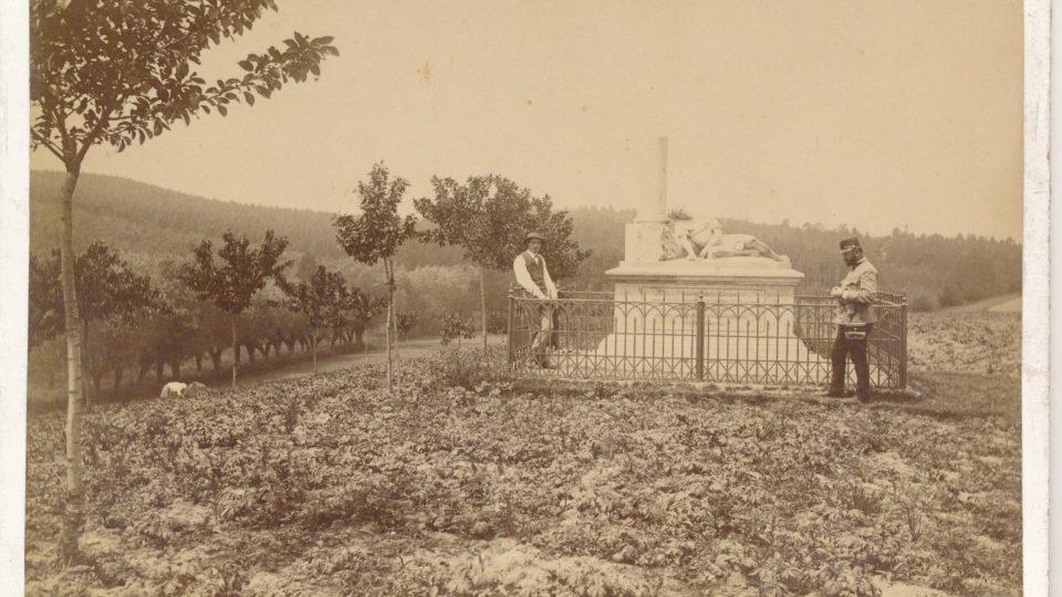 Pomník tzv. Římana na úpatí lesa Svíb, vpravo zakladatel spolku pro udržování památek na bojišti a účastník bojů ve Svíbu Jan Nepomuk Steinský