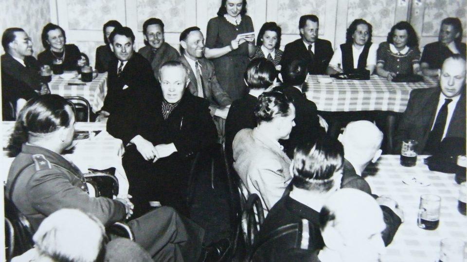 Miloslava Kalibová čte dopis na schůzi k 1. výročí osvobození 4. května 1946