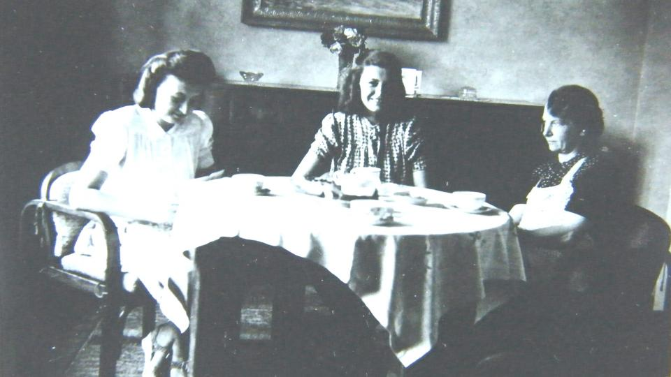 Sestry suchánkovy po válce s maminkou v roce 1945