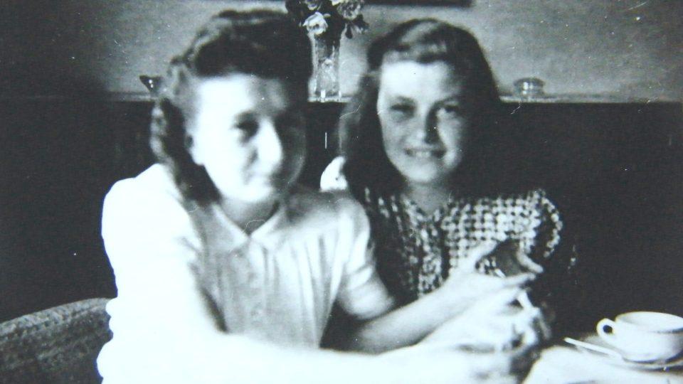 Sestry Suchánkovy v roce 1945