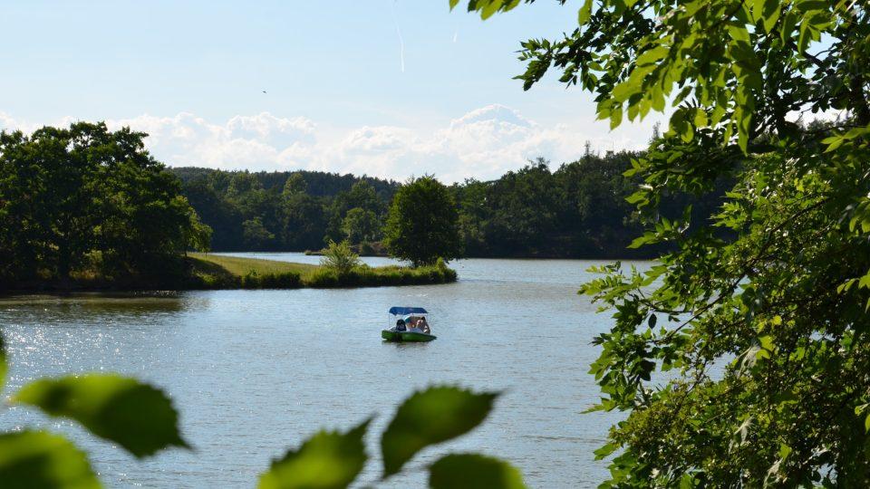 U přehrady je půjčovna lodiček, šlapadel a padleboardů