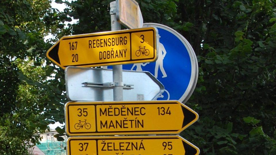 Mezinárodní cyklotrasy na hlavním rozcestníku cyklotras před sokolovnou ve Štruncových sadech v Plzni