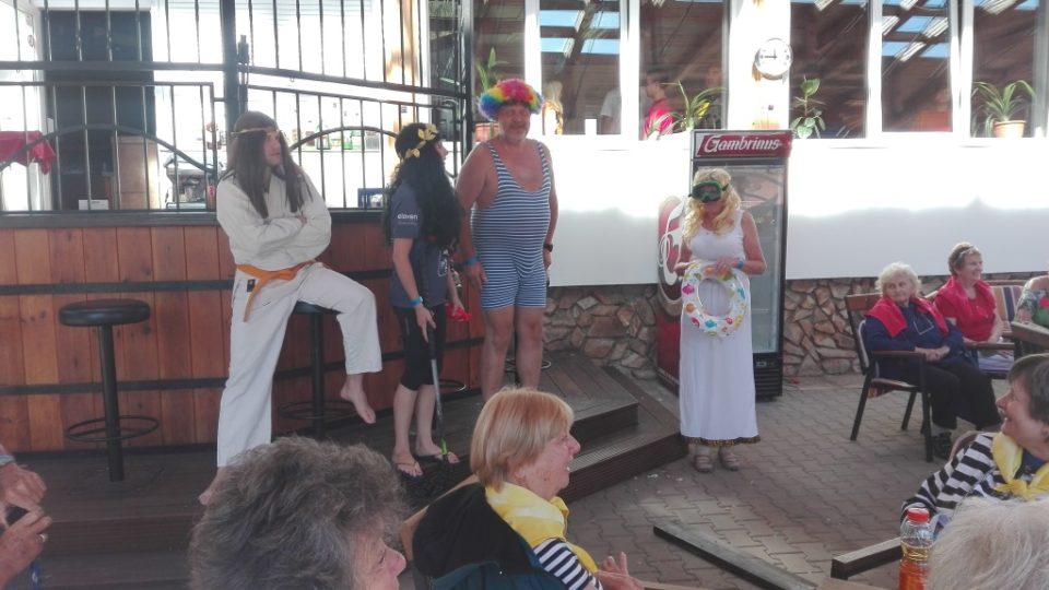 Senioři z Liberecka se na letním táboře nedaleko rybníka Branžež v Srbsku vrátili do dob antických bohů