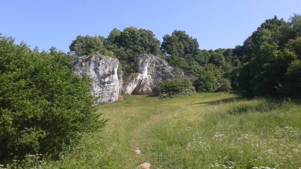 Vápencové útvary tvoří u Rudice celé skalní město