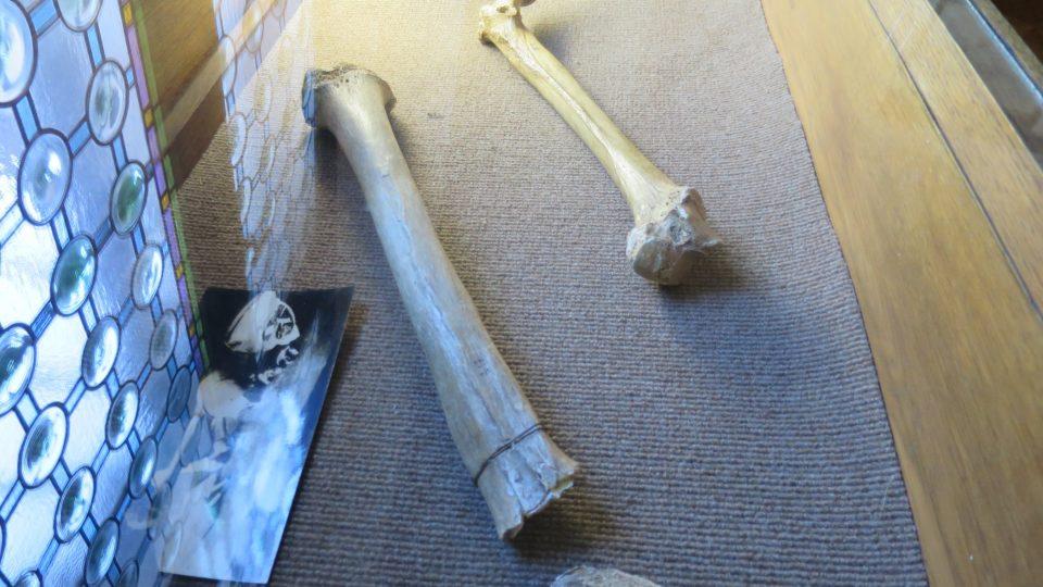 Další nálezy, které byly objeveny ve výklenku kaple kostela sv. Petra a Pavla spolu s kalvou