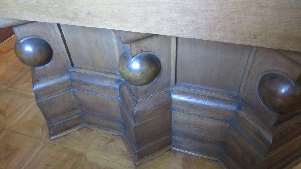 Spodní část vitríny s kalvou má typické kubistické rysy