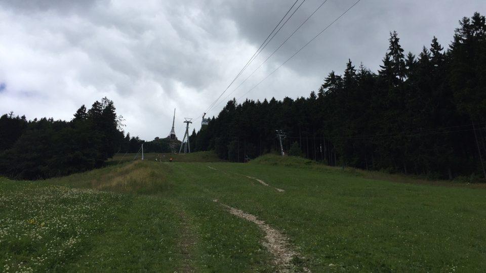 Náročnější cesta na vrchol vede po sjezdovce