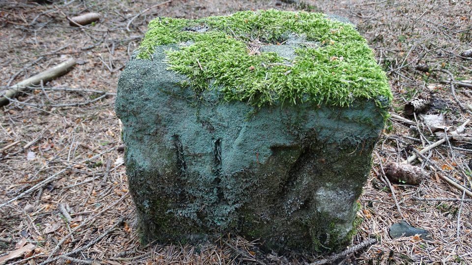 Hraničních kamenů je po cestě k pramenům mnoho, je třeba se jen pořádně dívat