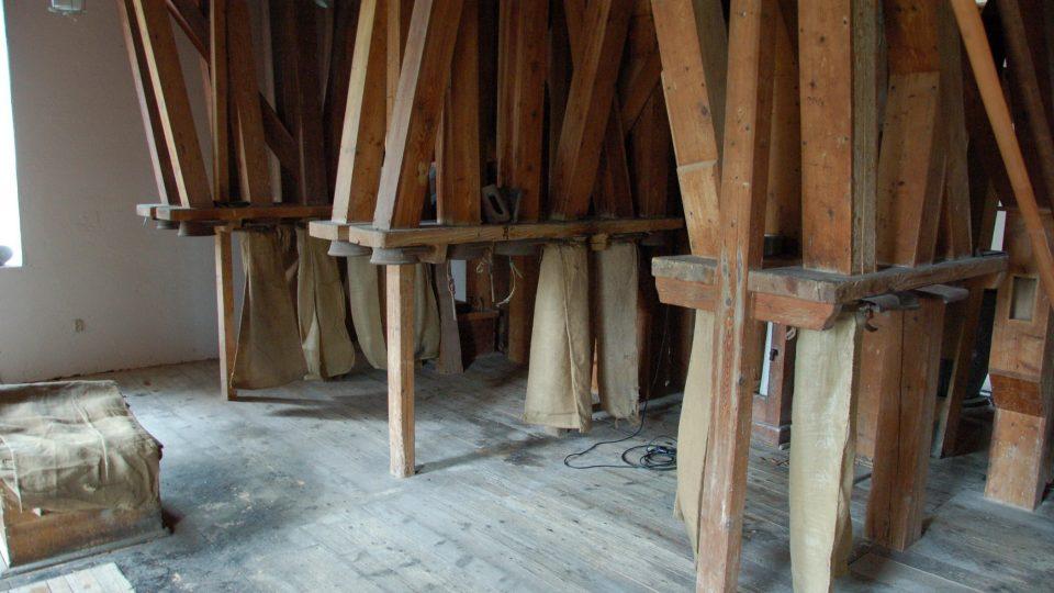 Vodní mlýn v Bartošovicích na Novojičínsku má nové lákadlo. Válcovou mlecí stolici z 20. let minulého století
