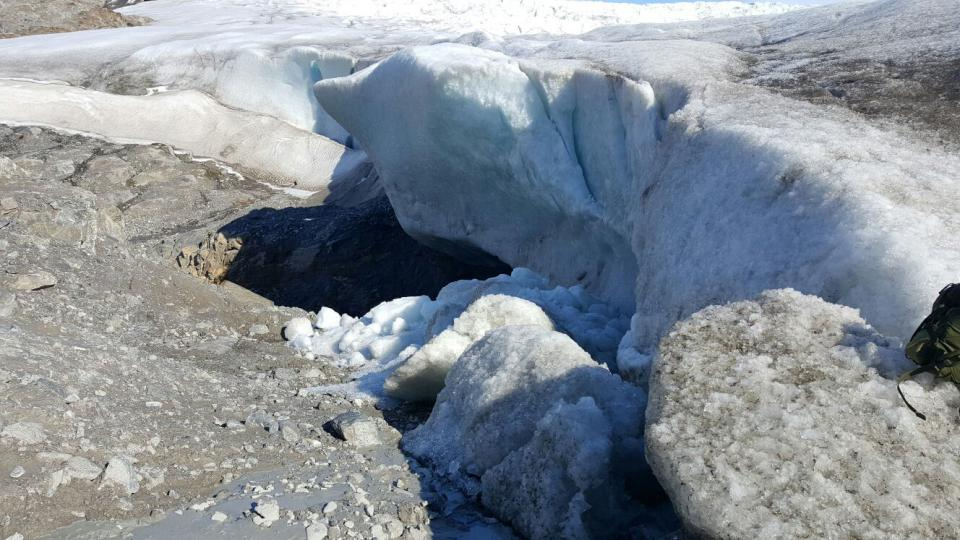 Zřícená jeskyně ledovce Nordenskiold. Ještě před rokem stála, takhle se na ní projevilo oteplování