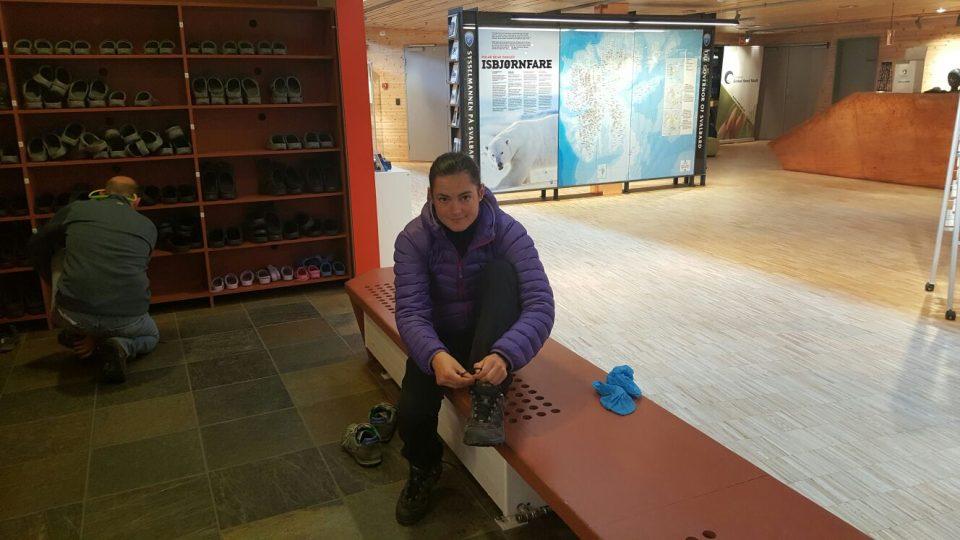 Romana Lehmannová se musela zout i před vstupem do muzea v Longyearbyen