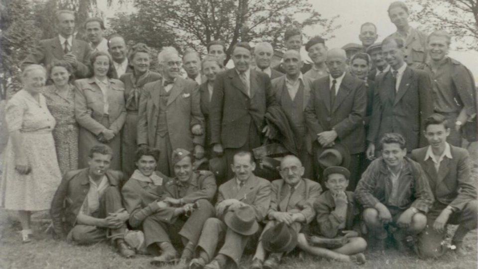 Brigáda na židovském hřbitově v Olomouci 1947 nebo 1948 (spodní řada 2. zleva - Zuzana Beckmannová)