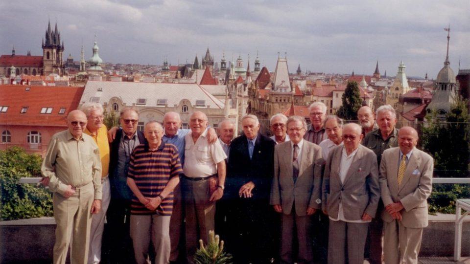 Schůzka bývalých vězňů KT Schwarzheide, Praha 2000 (Miloš Dobrý 2. zprava)