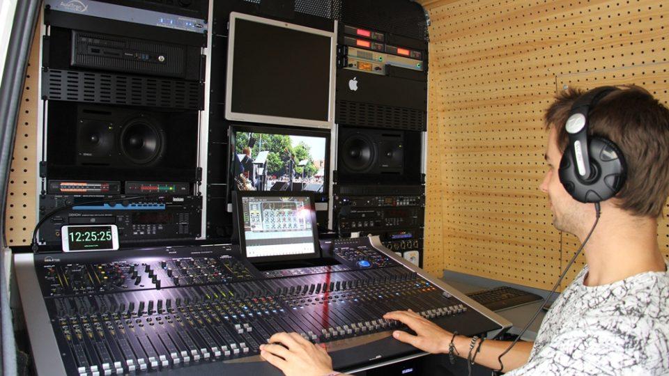 Průběh rozhlasového přenosu z pohledu zvukového mistra
