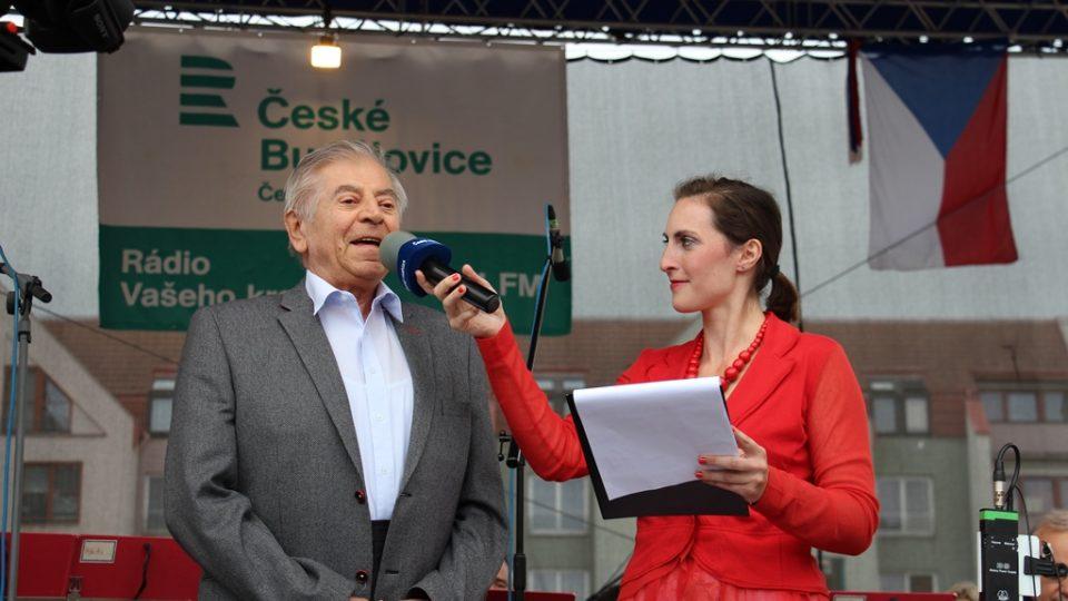 Moderátorka Kateřina Hálová s kapelníkem velkého dechového orchestru Kolín-Dolní Chvatliny Vladimírem Zemanem