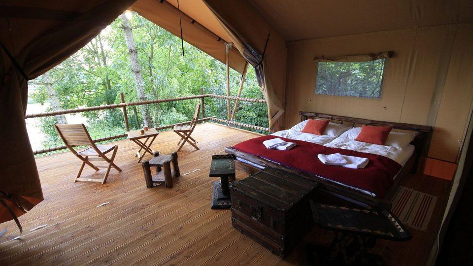 """Chcete strávit noc na africkém safari? Luxusní stany v """"korunách stromů"""" vám to umožní"""