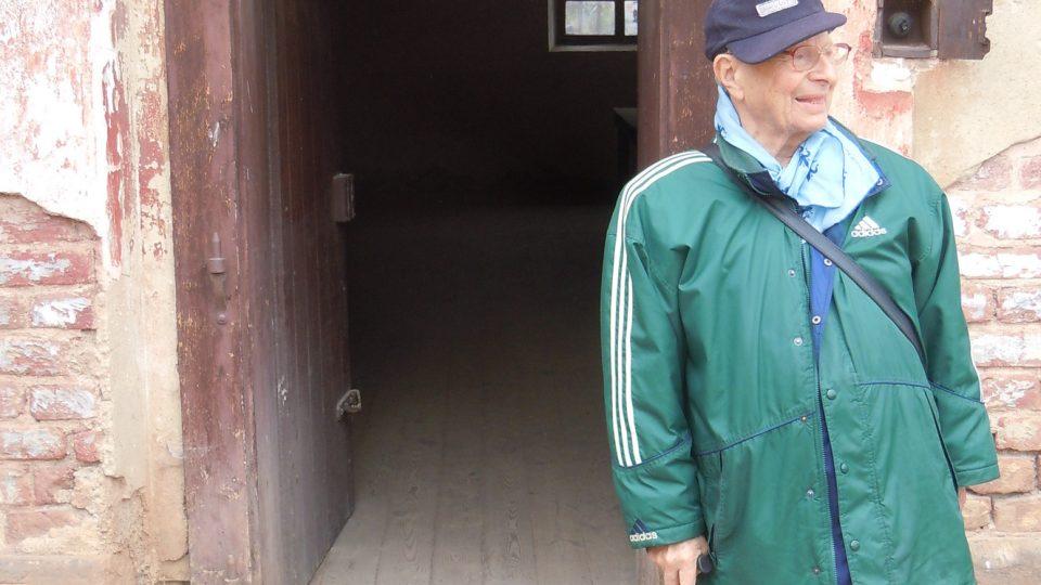Miloš Kocman u vchodu do své bývalé cely, Malá pevnost v Terezíně