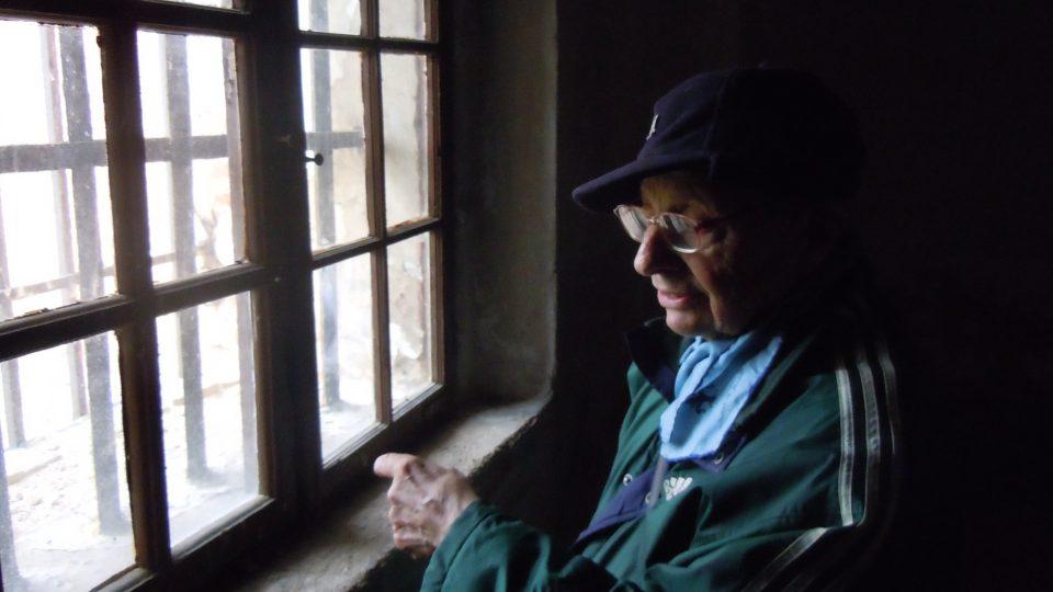 Miloš Kocman ve své bývalé cele v terezínské Malé pevnosti