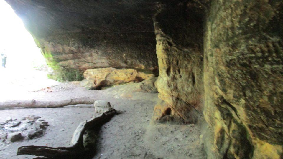Ohniště uvnitř jeskyně