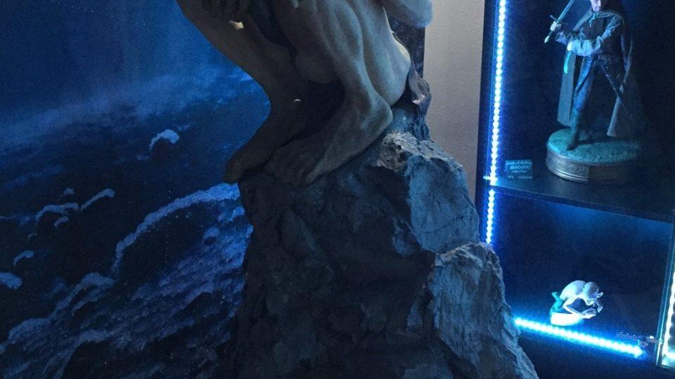 Opodál sedí na kameni Glum