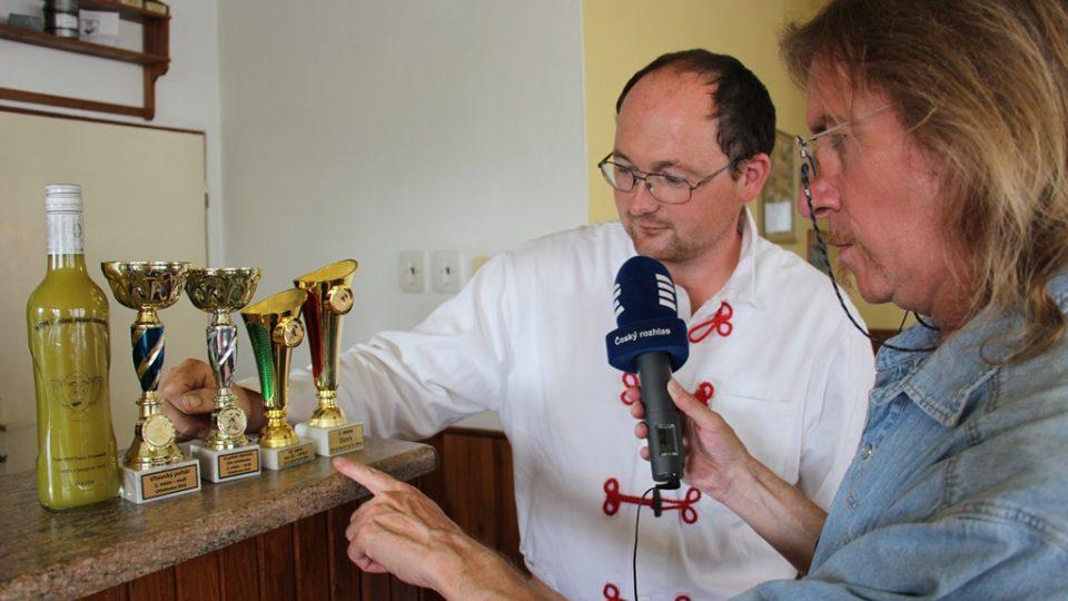 Nejnovější přírůstky do sbírky trofejí v Nemějicích ukazuje velitel Jiří Liška