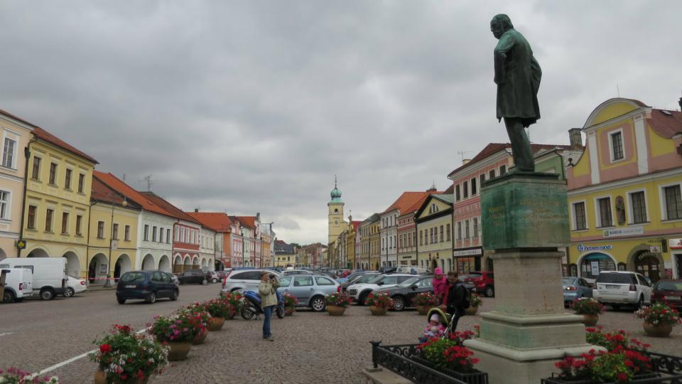 Smetanovu náměstí v Litomyšli vévodí socha nejslavnějšího rodáka