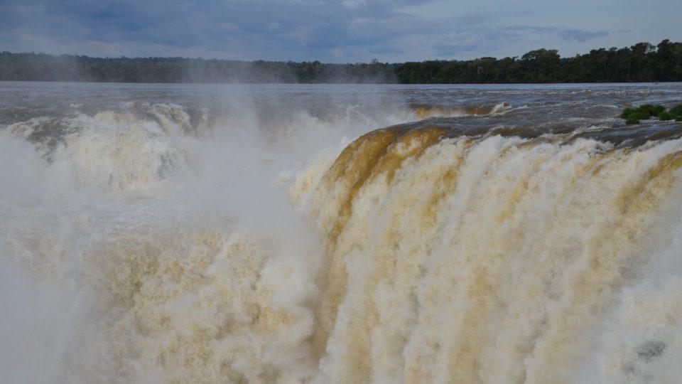 Těžko říci, v jakém přesně skupenství se to tady řítí voda do Ďáblova chřtánu, nejdivočejšího místa vodopádů
