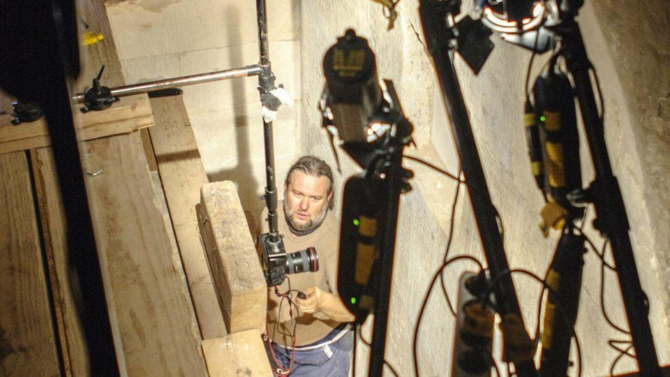 Fotograf Martin Frouz pri dokumentaci šachtového hrobu (Abúsír)