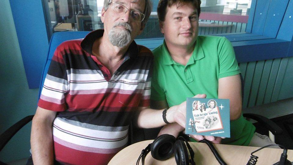 Umělecký vedoucí ansámblu Blue Star Václav Marek a František Mifek ve studiu Českého rozhlasu Hradec Králové