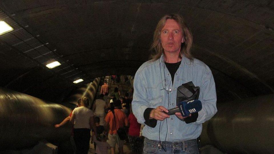 Pod hrází v tunelu, kudy odtéká voda do čističky