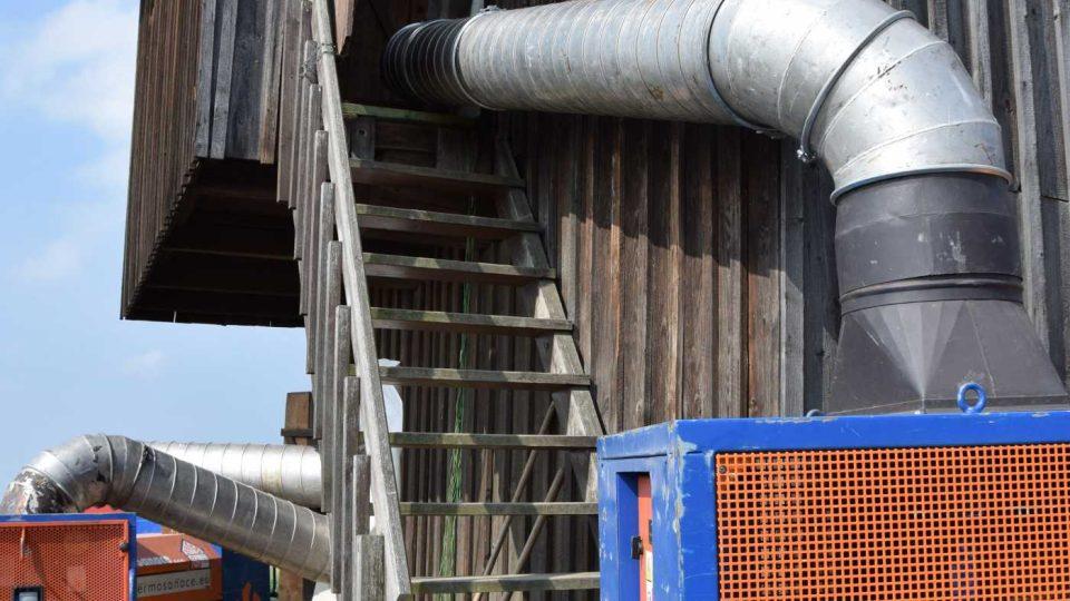 Potrubím se žene vzduch předehřátý až na 120 stupňů Celsia