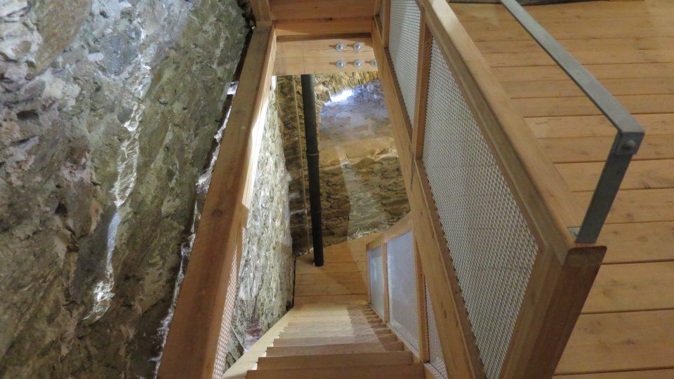 Moderní dřevěné schodiště se pojí s gotickou architekturou