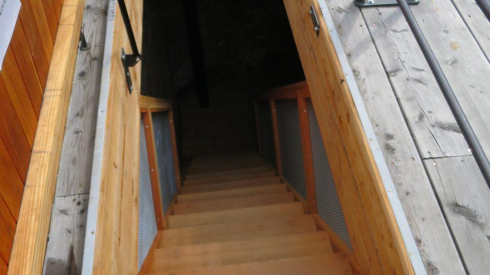 Tímto schodiště vystoupáte na střechu, ale před vstupem musíte ještě zdolat poklop