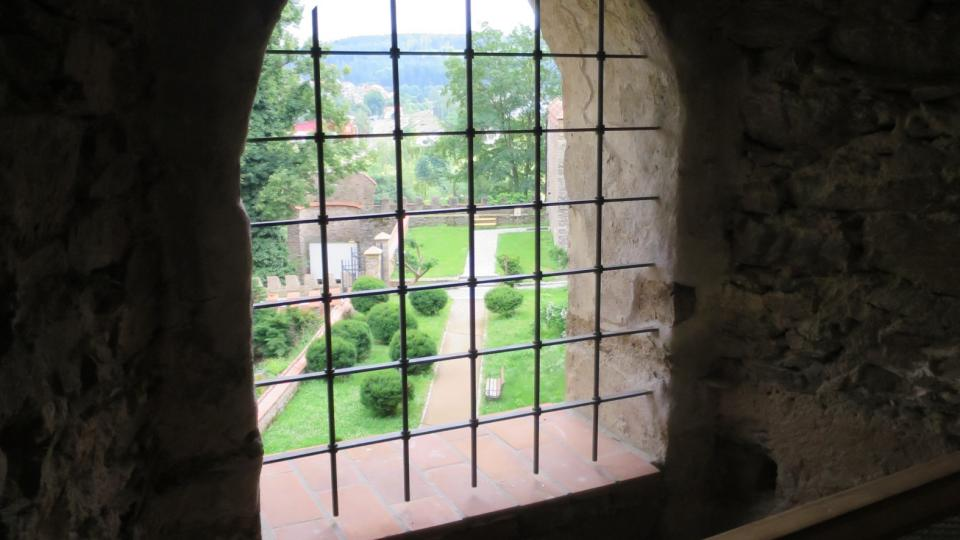 Z oken jsou krásné pohledy do zámecké zahrady