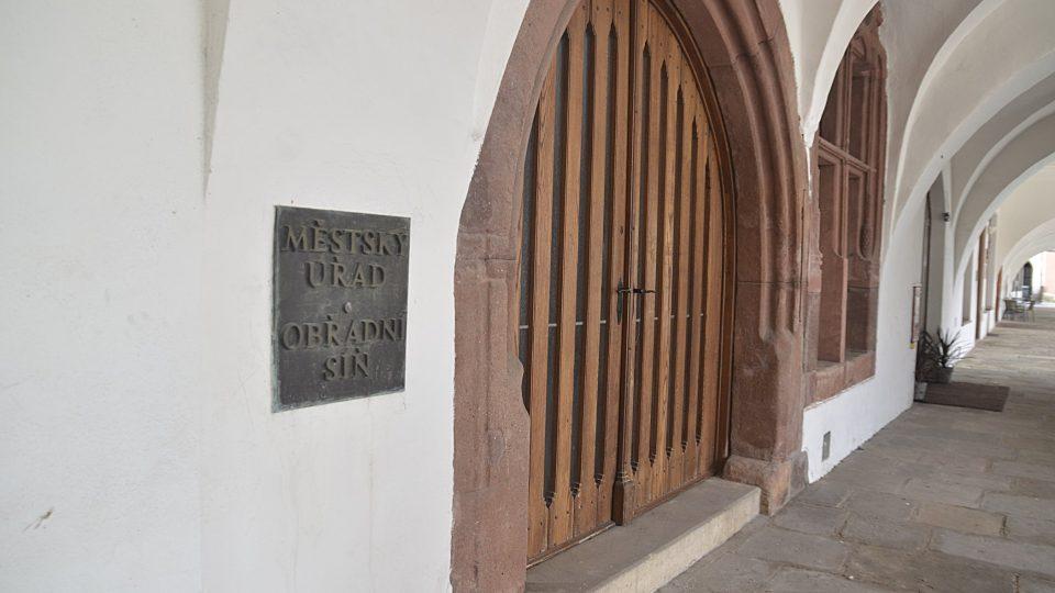 Vchod do radnice v Hostinném s plátenickými mírami