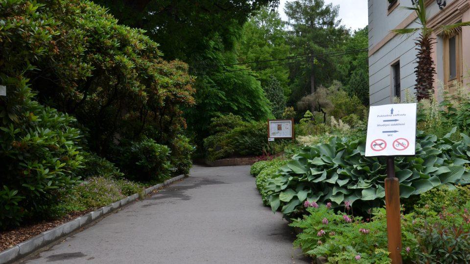 Botanická zahrada Přírodovědecké fakulty Univerzity Karlovy v Praze má rozlohu 3,5 hektaru
