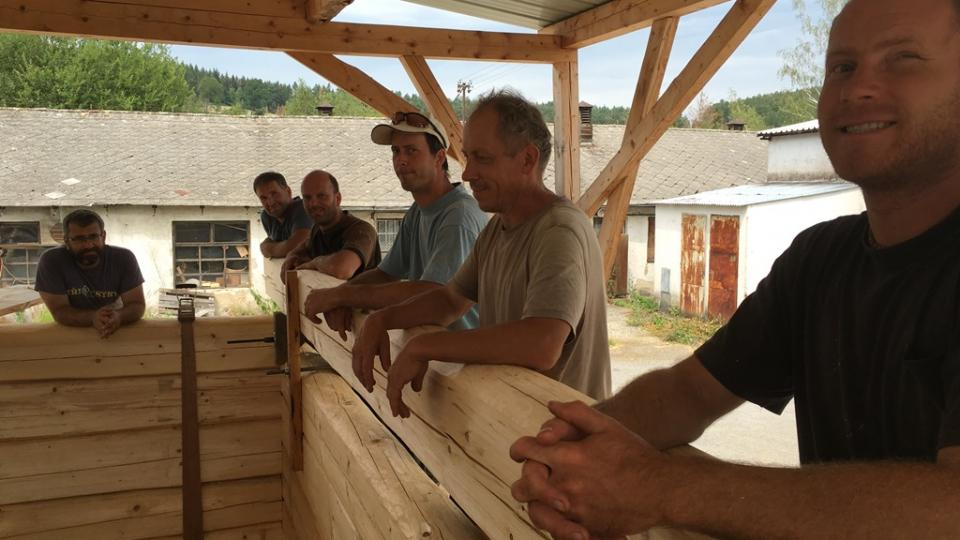 Dřevěnou roubenku postavili tesaři v jižních Čechách, pak ji přestěhovali na sever