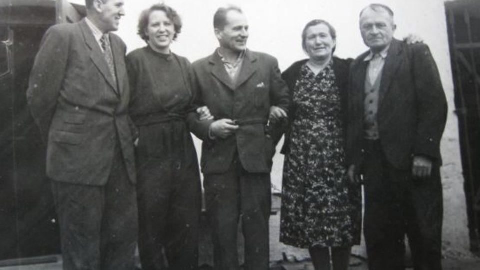 František Wiendl s rodiči a příteli po propuštění v roce 1960