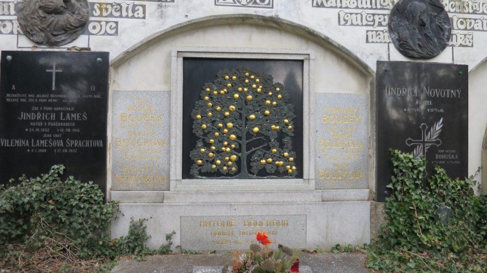 Hrob doktora Boučka s rozvětveným stromem z dílny Františka Bílka