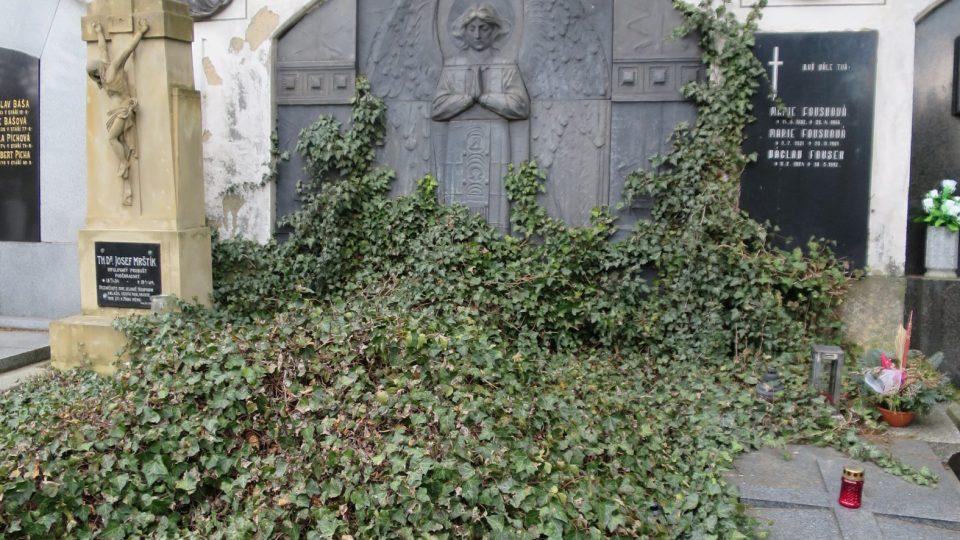 Jeden z hrobů v rámci dlouhé Bílkovy stěny s pomníkem od Františka Bílka