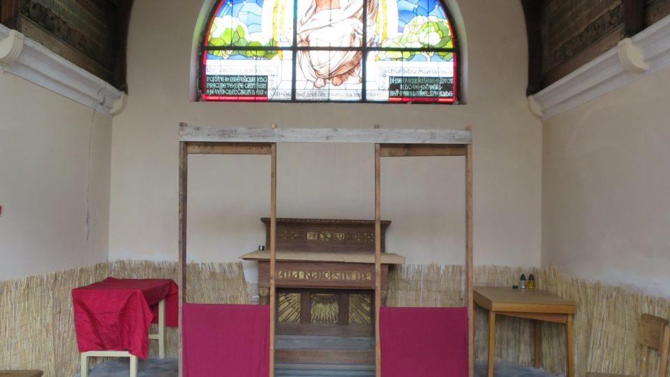 Oltář hřbitovní kaple a vitráže