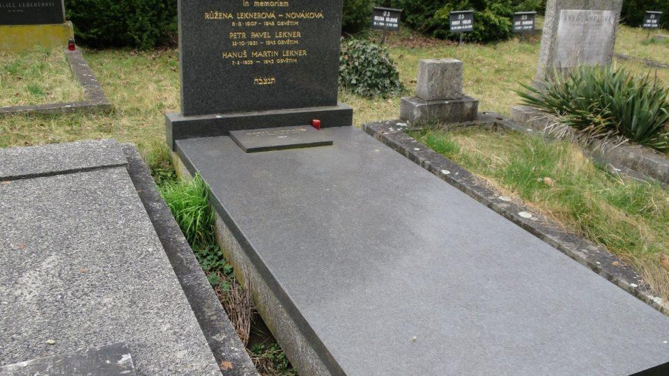 Smutné prázdné hroby na židovském hřbitově