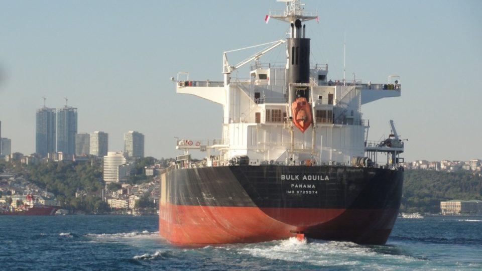 Istanbulské parníky se musejí vyhýbat obřím zaoceánským lodím